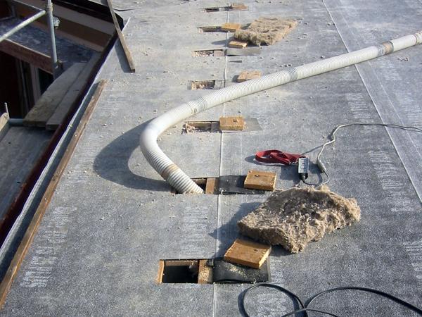 Durch die Einblastechnik können Flachdächer ohne die komplette Demontage des Daches gedämmt werden.